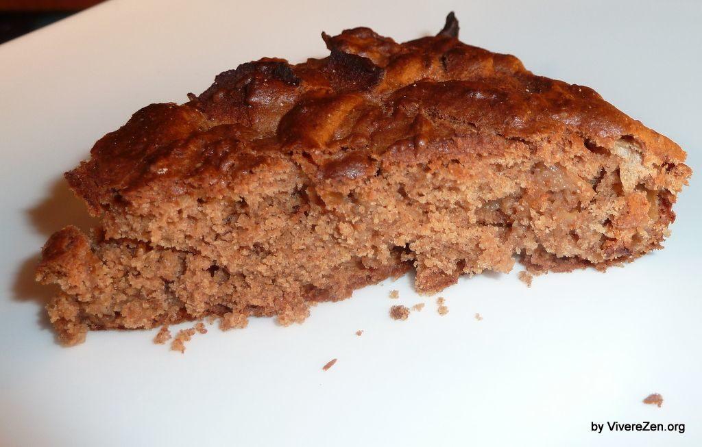 Foto di una fetta di torta vegan con i semi di chia
