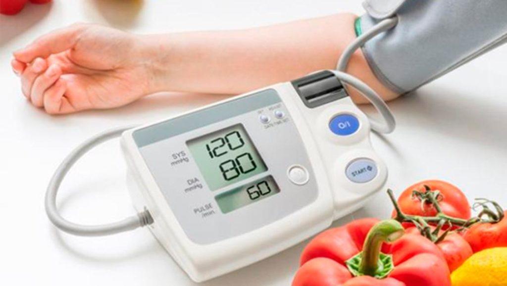 foto mentre si misura la pressione arteriosa