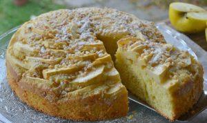 foto di una torta con mele e nocciole vegan by naturazen